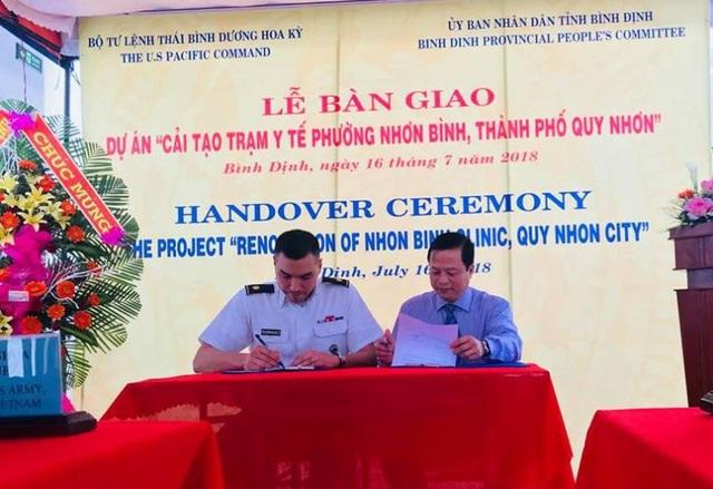 Phó Chủ tịch UBND tỉnh Nguyễn Tuấn Thanh (bên phải) và đại diện Văn phòng Hợp tác quốc phòng, Đại sứ quán Hoa Kỳ tại Việt Nam và Bộ Tư lệnh Thái Bình Dương ký biên bản bàn giao, tiếp nhận công trình.