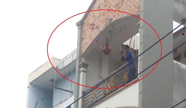 Đối tượng có biểu hiện bất thường, quậy tưng bừng trên sân thượng và ném gạch đá, chậu kiểng... xuống đường.