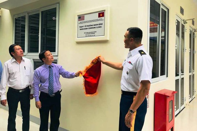 Lãnh đạo tỉnh Bình Định cùng đại diện Văn phòng Hợp tác quốc phòng, Đại sứ quán Hoa Kỳ tại Việt Nam và Bộ Tư lệnh Thái Bình Dương thực hiện nghi thức kéo biển tên công trình.