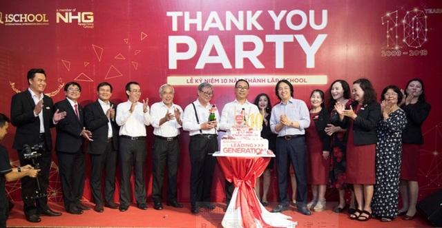 Ông Hoàng Quốc Việt - Chủ tịch tập đoàn Nguyễn Hoàng và ban Giám hiệu chúc mừng kỷ niệm 10 năm thành lập iSchool.
