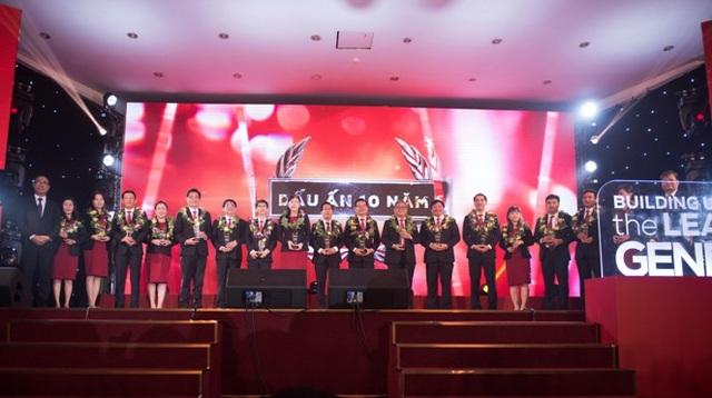 Ông Nguyễn Ngọc Tuấn - Giám đốc điều hành trao hoa tiếp lửa và tri ân những cá nhân cống hiến bền bỉ cho sự thành công của iSchool.
