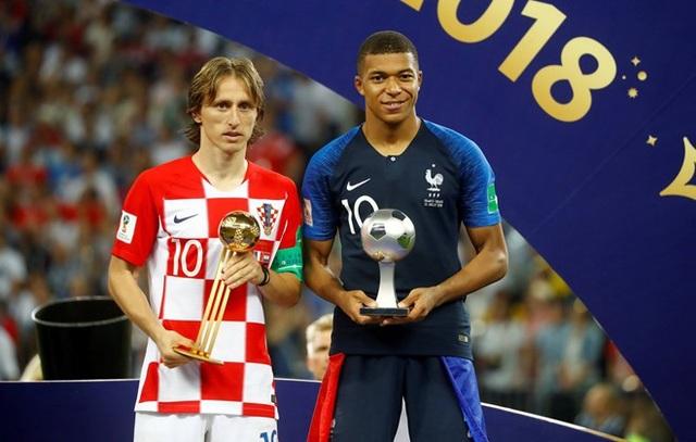 Modric (trái) giành danh hiệu Quả bóng vàng World Cup 2018