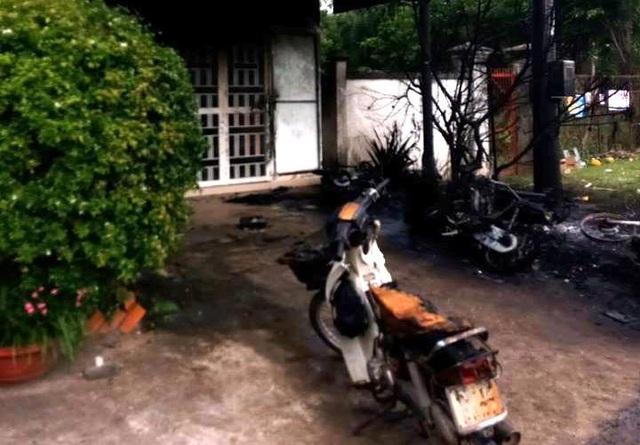Vụ tai nạn còn làm nhiều xe máy của các nhân viên điện lực để gần đó bị lửa thiêu rụi, mái hiên trước của một nhà dân bị cháy xém.