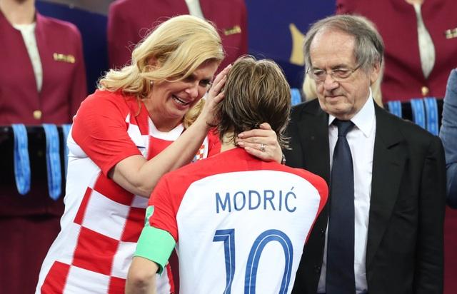Bà Grabar-Kitarovic gạt nước mắt của cầu thủ mang áo số 10 Modric (Ảnh: Reuters)