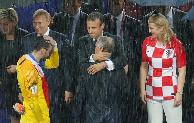 Nhà lãnh đạo Pháp chúc mừng thầy trò của huấn luyện viên Didier Deschamps. (Ảnh: Reuters)
