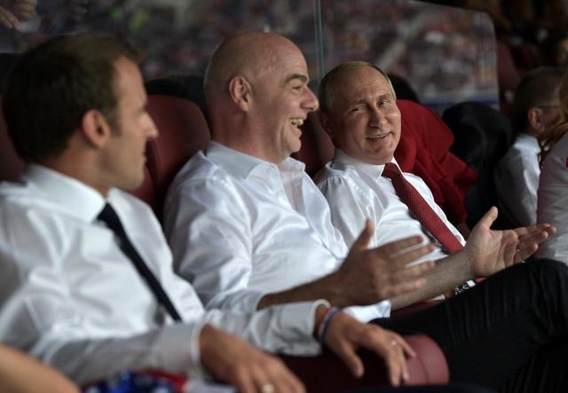 Nếu trước khi trận đấu diễn ra, ông Macron lộ rõ vẻ mặt căng thẳng trên hàng ghế VIP cùng với Tổng thống Nga Vladimir Putin và đại diện của FIFA, thì sau trận đấu ông lại tỏ ra vô cùng phấn khích. (Ảnh: Reuters)