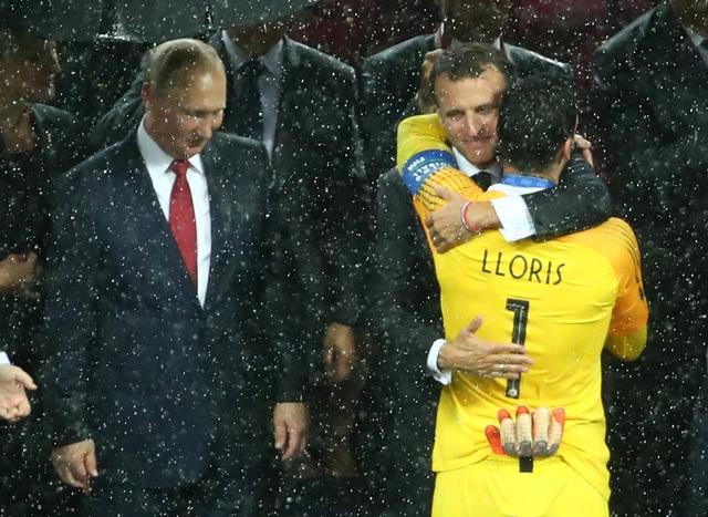 Tổng Macron dành cái ôm thật chặt cho thủ môn Hugo LLoris. (Ảnh: Reuters)