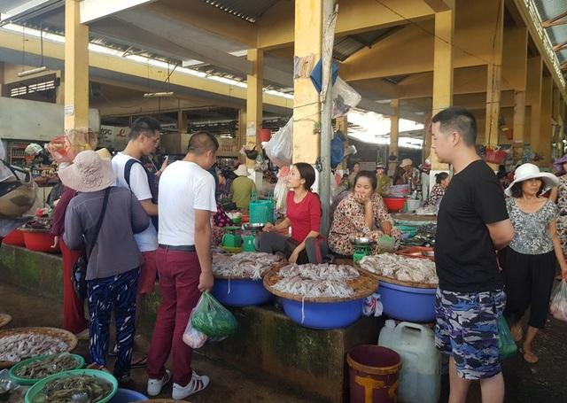 Người nước ngoài thường xuyên đi chợ ở giữa lòng Nha Trang, Khánh Hòa