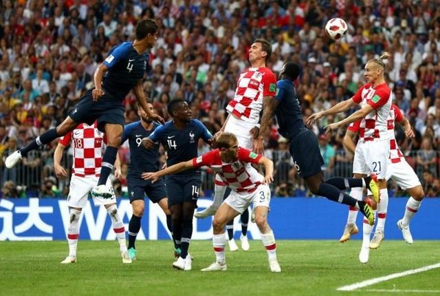 Mandzukic ghi bàn thắng cho Pháp sau cú đánh đầu phản lưới nhà
