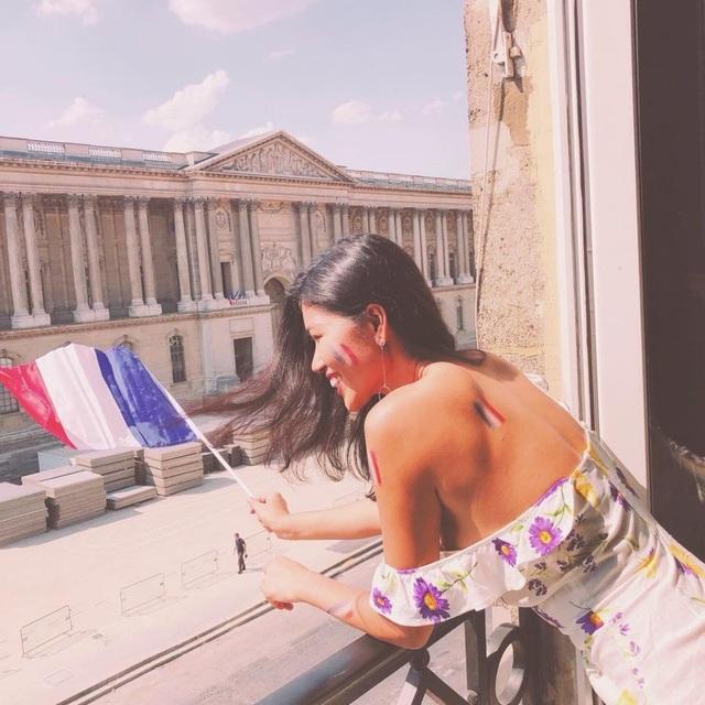 Trang Lạ cho biết, cô vốn yêu mến điện ảnh Pháp cũng như các diễn viên gạo cội của đất nước thơ ca này và có ông xã sinh sống và làm việc ở Pháp nhiều năm nay nên dành tình cảm đặc biệt cho đội tuyển Pháp.