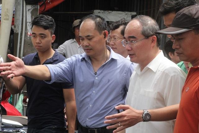 Bí thư Nguyễn Thiện Nhân đi thăm người dân Thủ Thiêm ở khu tái định cư và tạm cư