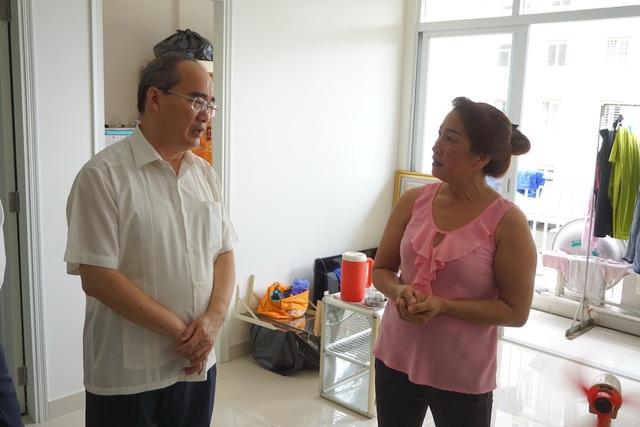 Ông Nguyễn Thiện Nhân lên thăm hộ dân Nguyễn Thị Thu Vân ở khu tái định cư Bình Khánh