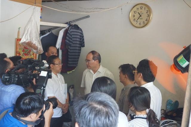 Bí thư Nguyễn Thiện Nhân thăm hỏi cuộc sống người dân ở khu tạm cư
