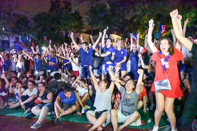 Cổ động viên Pháp ăn mừng chiến thắng trước Croatia với tỷ số chung cuộc 4-2.