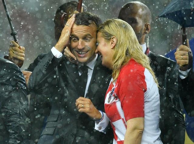 Tổng thống Grabar-Kitarovic ôm chúc mừng người đồng cấp Pháp Macron khi trao giải trận chung kết World Cup (Ảnh: Reuters)