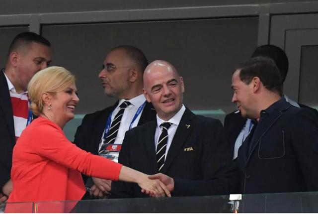 Tổng thống Grabar-Kitarovic bắt tay Thủ tướng Nga Dmitry Medvedev trong trận tứ kết Nga - Croatia tại Sochi (Ảnh: AFP)