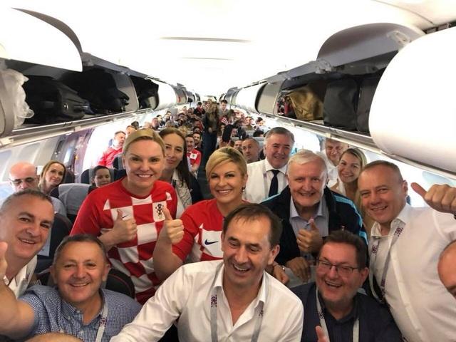 Grabar-Kitarovic đi cùng máy bay với các cổ động viên Croatia tới Nga cổ vũ cho đội nhà (Ảnh: Facebook)