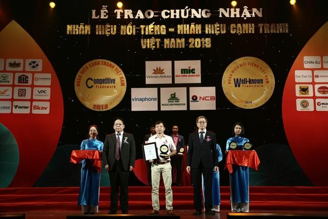 """Đại diện FrieslandCampina Việt Nam (đứng giữa) nhận giải thưởng """"Nhãn hiệu nổi tiếng Việt nam"""" 2018"""