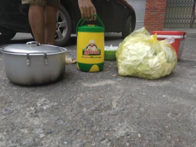Vận chuyển thức ăn từ bên ngoài vào bằng thùng giữ nhiệt.