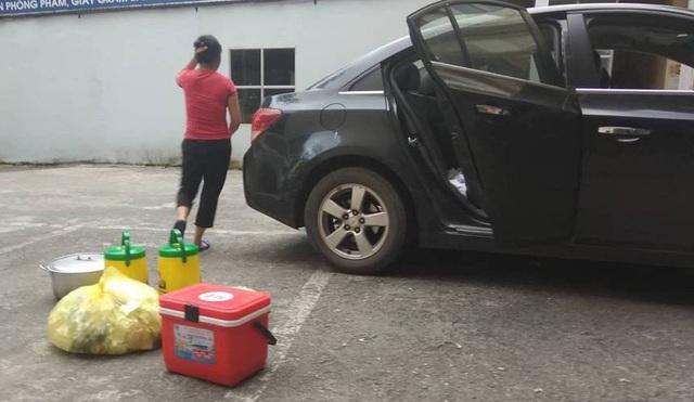 Vận chuyển đồ ăn thức uống vào Sở GD&ĐT bằng ô tô để phục vụ đoàn kiểm tra, rà soát.