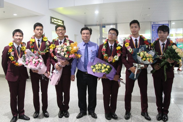 Thứ trưởng Nguyễn Hữu Độ cùng đoàn học sinh Việt Nam