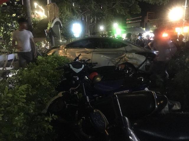 Chiếc xe ô tô đâm thẳng vào nhóm nữ sinh khiến 2 thiếu nữ thiệt mạng