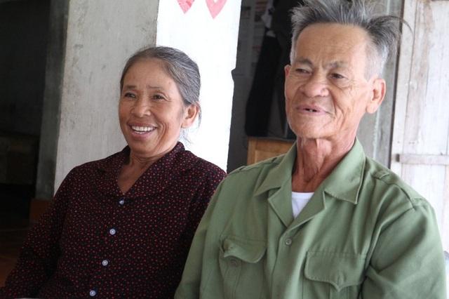 Niềm vui trên gương mặt ông bà ngoại của Kiên và Phương Anh