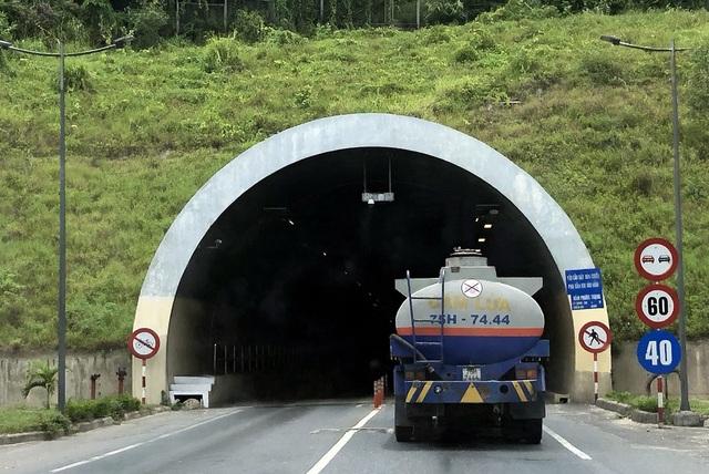 Bất chấp các quy định về vận chuyển hàng nguy hiểm, khoảng 11h50 ngày 14/7/2018, tài xế chiếc xe bồn chở xăng mang biển số 75H-7444 đã cho xe chui qua hầm Phước Tượng.