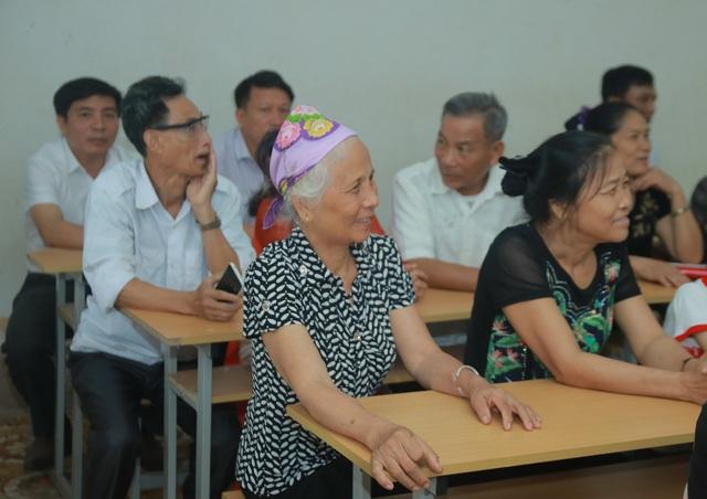 Thầy cô nghẹn ngào trong lễ tri ân của học trò sau gần 20 năm