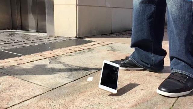 Điện thoại hay các dòng iPhone thông thường không chịu được va đập trực tiếp dù chỉ ở độ cao khoảng 1,5 mét.