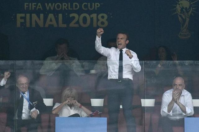 Ông Macron khá phấn khích ở hàng ghế VIP khi cổ vũ đội nhà. (Ảnh: Getty)