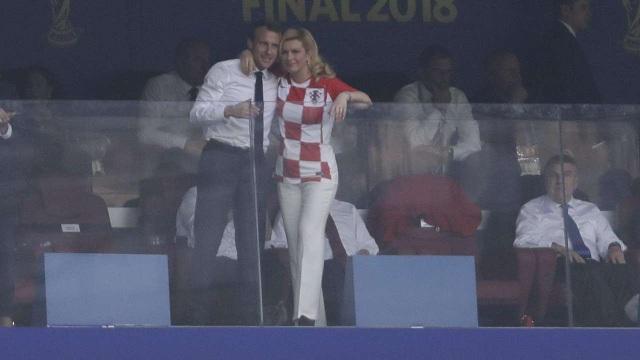 Tổng thống Pháp và Croatia cùng cổ vũ cho hai đội nhà thi đấu trên sân. (Ảnh: Getty)