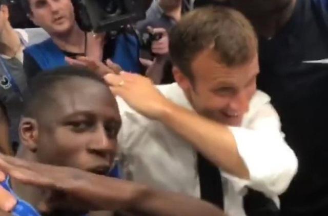 Tổng thống Pháp Macron chụp ảnh selfie cùng với các cầu thủ. (Ảnh: Twitter)