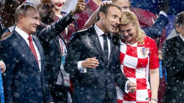 Nhà lãnh đạo Pháp đã hôn lên má Tổng thống Croatia Kolinda Grabar-Kitarovic - người cũng có mặt tại sân vận động để cổ vũ đội nhà. (Ảnh: AFP)