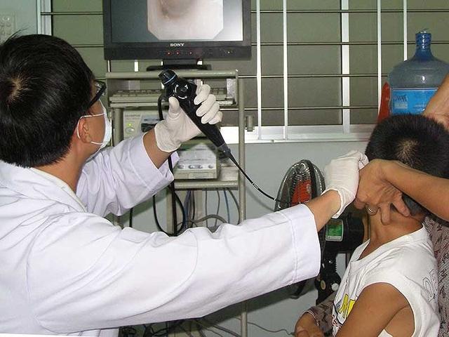 Tới năm 2020, bác sĩ phải thi kiểm tra trình độ chuyên môn để được cấp chứng chỉ hành nghề. Ảnh: TRẦN NGỌC
