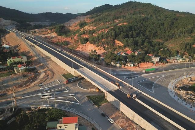 """Hệ thống hạ tầng giao thông của Quảng Ninh đang tăng tốc để """"về đích"""" trong Quý III/2018. Ảnh: cao tốc Hạ Long – Vân Đồn"""