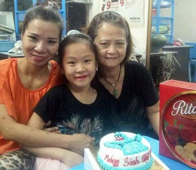 Bà Hạnh (bên phải) và mẹ con chị Trang - người con mà bà đã được trao nhầm từ năm 1974
