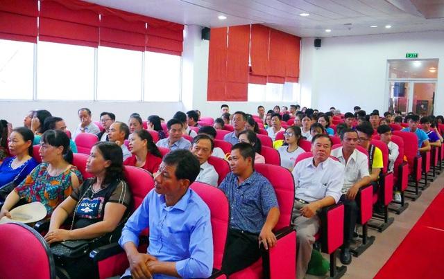 Rất đông phụ huynh đã tham dự buổi Khai giảng và Tốt nghiệp của UniDesign