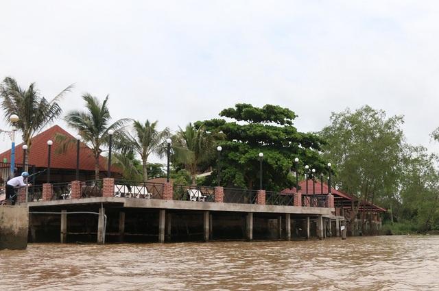 Resort của công ty Linh Phương lấn sông, cơ quan chức năng đã phát hiện nhiều tháng nay nhưng thời điểm hiện tại công ty này vẫn chưa bị xử phạt và công trình vẫn được thi công rầm rộ