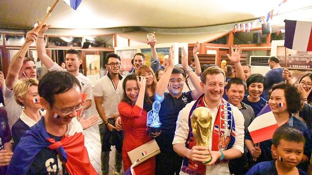 Đại sứ Pháp tại Việt Nam, ông Bertrand Lortholary hát vang, cầm cúp vàng bên bạn bè, người thân và đồng hương.