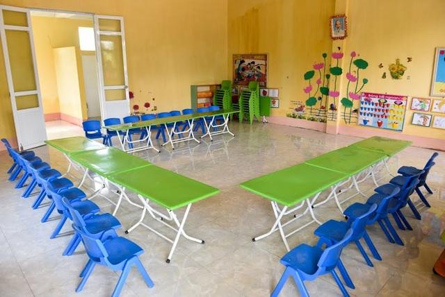 Phòng học được trang bị đầy đủ bàn ghế, đồ dùng học tập