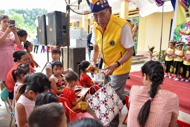 Nhiều phần quà đồ chơi, đồ dùng học tập được các thành viên Nagoya Taiko Lions Club trao tặng cho các em học sinh Trường mầm non Châu Quế Hạ