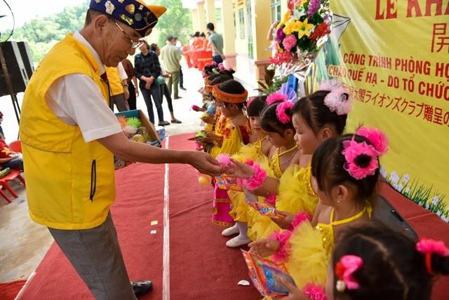 Ông Kondoh Hiroaki, Chủ tịch Nagoya Taiko Lions Club tặng các phần quà đồ chơi, đồ dùng học tập đến các em học sinh Trường mầm non Châu Quế Hạ