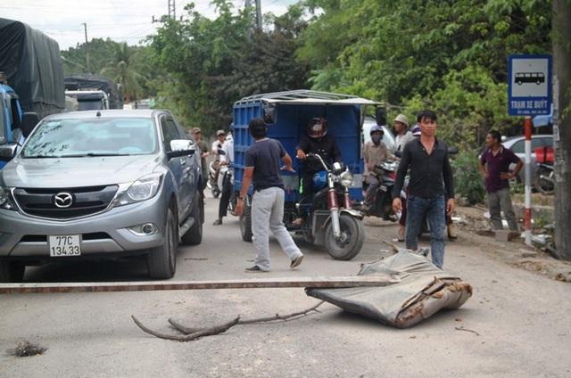 Trước đó, ngày 17/7, bức xúc vì bụi tra tấn người dân dùng cây, đá chặn xe tải không cho ra vào KCN Phước Mỹ, xã Phước Mỹ, TP Quy Nhơn.