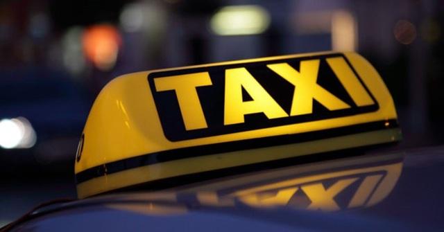 Nhiều ý kiến trái chiều việc gắn hộp đèn Taxi điện tử cho xe Grab.