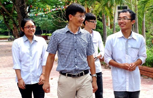 Em Trương Tuấn Khang cùng các em học sinh đạt điểm cao lớp 12A1 trở lại trường thăm các thầy cô giáo.