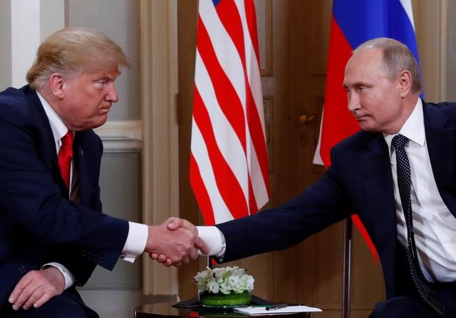 Tổng thống Trump và Tổng thống Putin bắt tay cuộc gặp ở Phần Lan (Ảnh: Reuters)