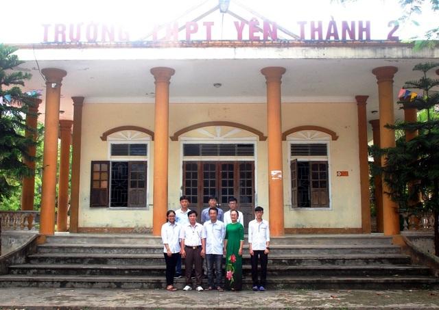 Trương Tuấn Khang cùng các bạn chụp ảnh lưu niệm với thầy cô giáo và ban lãnh đạo trường THPT Yên Thành 2.