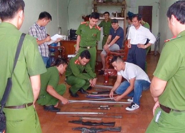 Lực lượng công an thu giữ nhiều hung khí nguy hiểm tại cửa hiệu cầm đồ do Thảo làm chủ