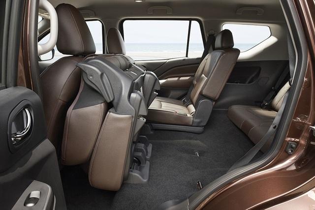 Lối vào hàng ghế thứ 3 trên Nissan Terra